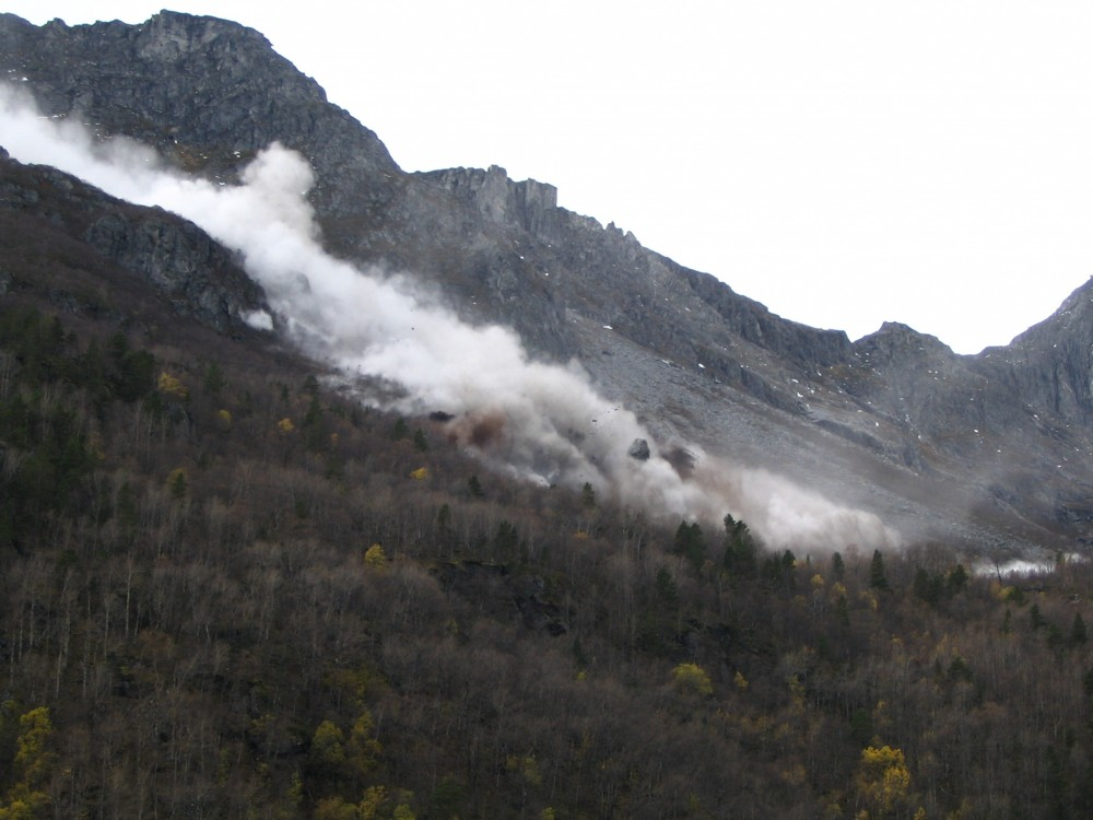 Figure 4: Photo of a rockslide occurring in Børa, in Romsdalen (Møre og Romsdal), in October 2007. Large blocks were observed flying and bouncing down the slope. (Photo: Marte Kvakland, NVE)